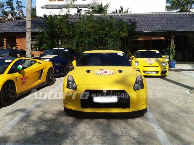 Ở sau chiếc Lamborghini Gallardo là Ford Mustang GT500, ngoài cùng bên trái hàng sau là Porsche 911