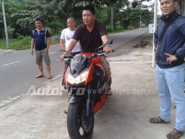 Sự xuất hiện của mẫu naked bike Kawasaki Z1000 vốn được nhiều bạn trẻ Việt Nam yêu thích