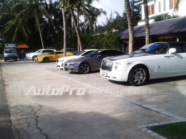 Từ phía xa tở lại là Audi Q7, Lamborghini Gallardo, Nissan GT-R, Bentley Continental GT3, BMW M6 và Rolls-Royce Phantom Drophead Coupe