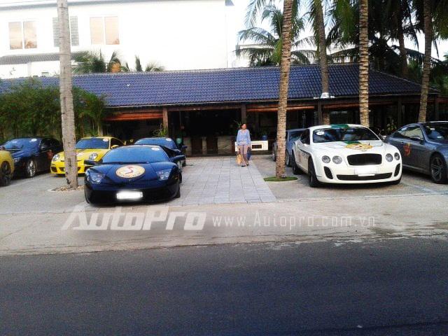 Phía sau Lamborghini Murcielago là Ferrari 458 Italia màu đen