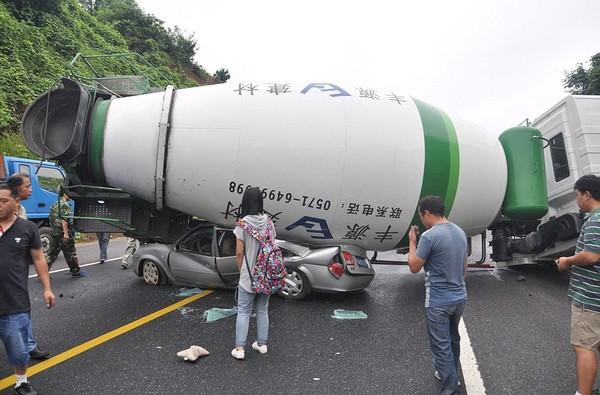 Vụ tai nạn khiến nhiều người chứng kiến bàng hoàng.
