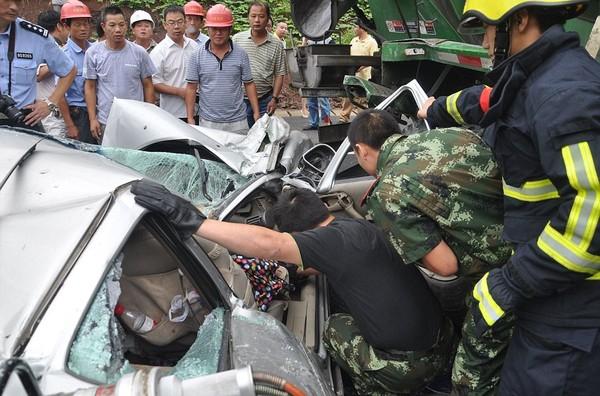 Trong lúc chờ đợi xe cần cẩu đến, người dân cùng lực lượng cứu hộ đã nói chuyện liên tục với người phụ nữ gặp nạn để đảm bảo cô còn tỉnh táo.