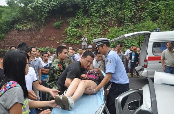 Sau khi được giải cứu, người phụ nữ này đã được đưa tới bệnh viện. Các bác sĩ cho biết tình trạng sức khỏe của cô khá ổn định và chỉ bị gãy vài chiếc xương.