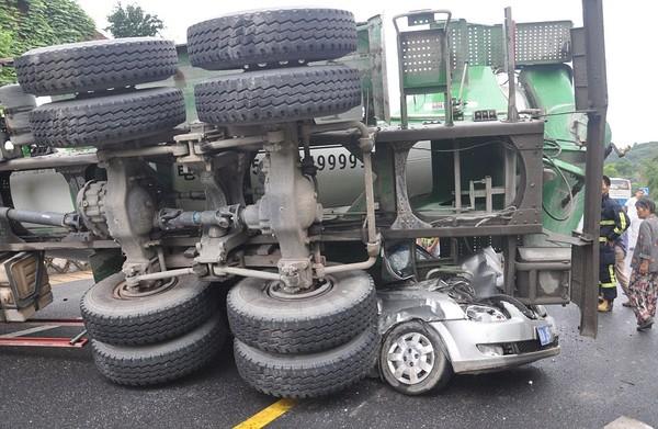 Nhiều người thậm chí còn nghĩ rằng vụ tai nạn đã khiến những người trên ô tô thiệt mạng.