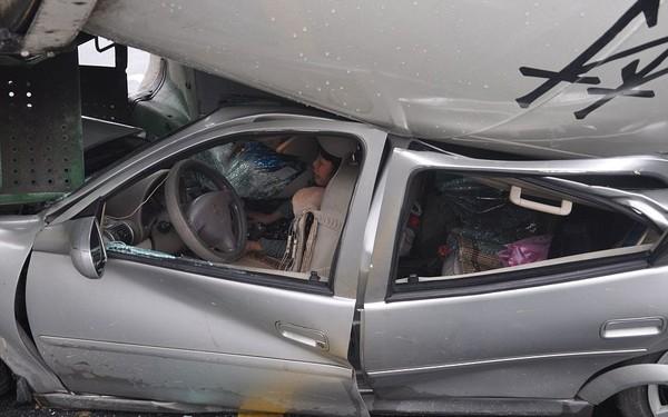 May mắn là sau đó, tài xế chiếc ô tô đã thoát ra khỏi đống đổ nát và nhanh chóng gọi cấp cứu, giải cứu hành khách nữ còn lại đang mắc kẹt trong ô tô.