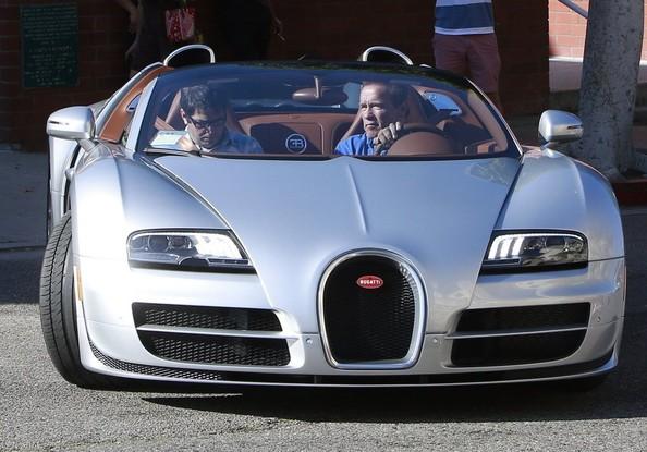 Arnold Schwarzenegger lái siêu xe Bugatti Veyron mui trần ra phố.