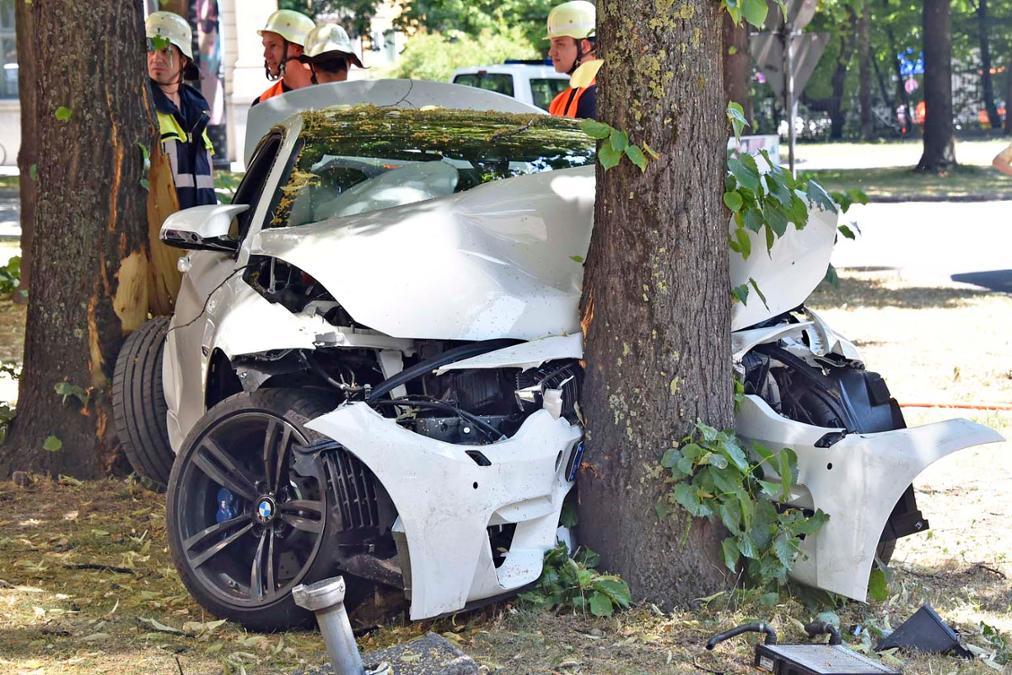 Mũi xe bị nát vụn sau cú va chạm với gốc cây.