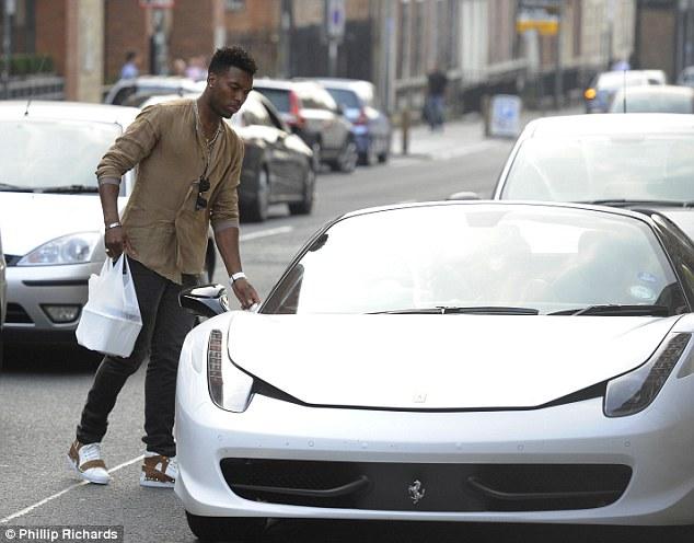 Daniel đi mua đồ ăn bằng chiếc siêu xe Ferrari 458 Spider trắng muốt.