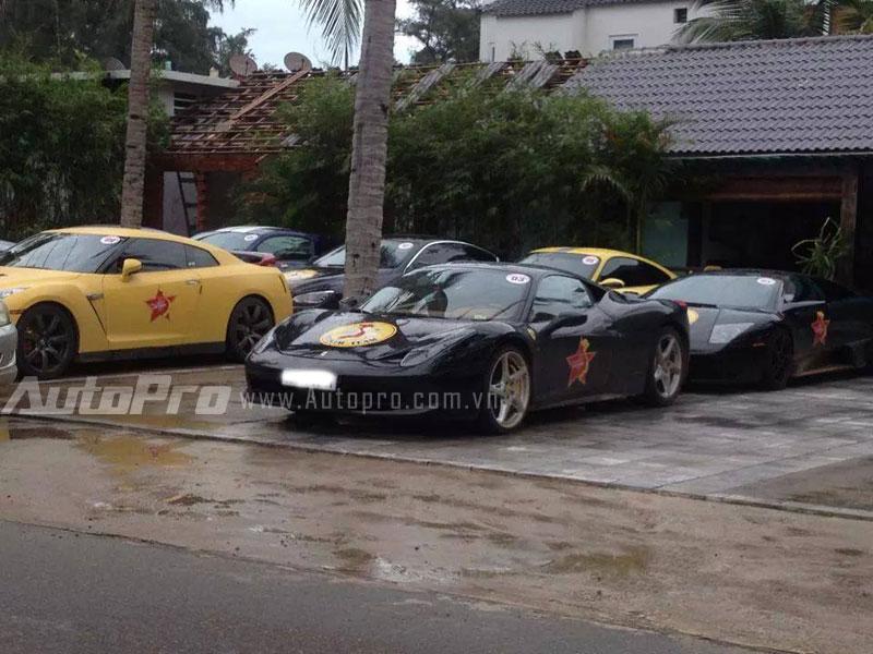 Đằng sau là siêu xe Lamborghini Murcielago màu đen.
