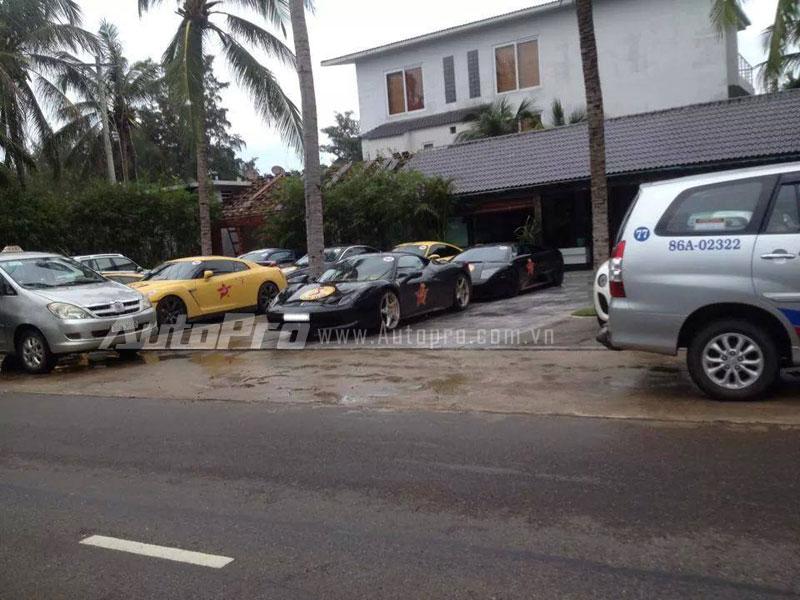 """Bên trái """"ngựa chiến"""" Ferrari 458 Italia là siêu xe Nissan GT-R màu vàng nổi bật."""