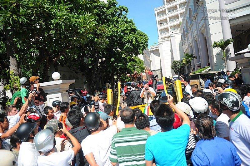 Đông đảo người dân Nha Trang vây kín khách sạn mà đoàn siêu xe Car & Passion nghỉ lại.