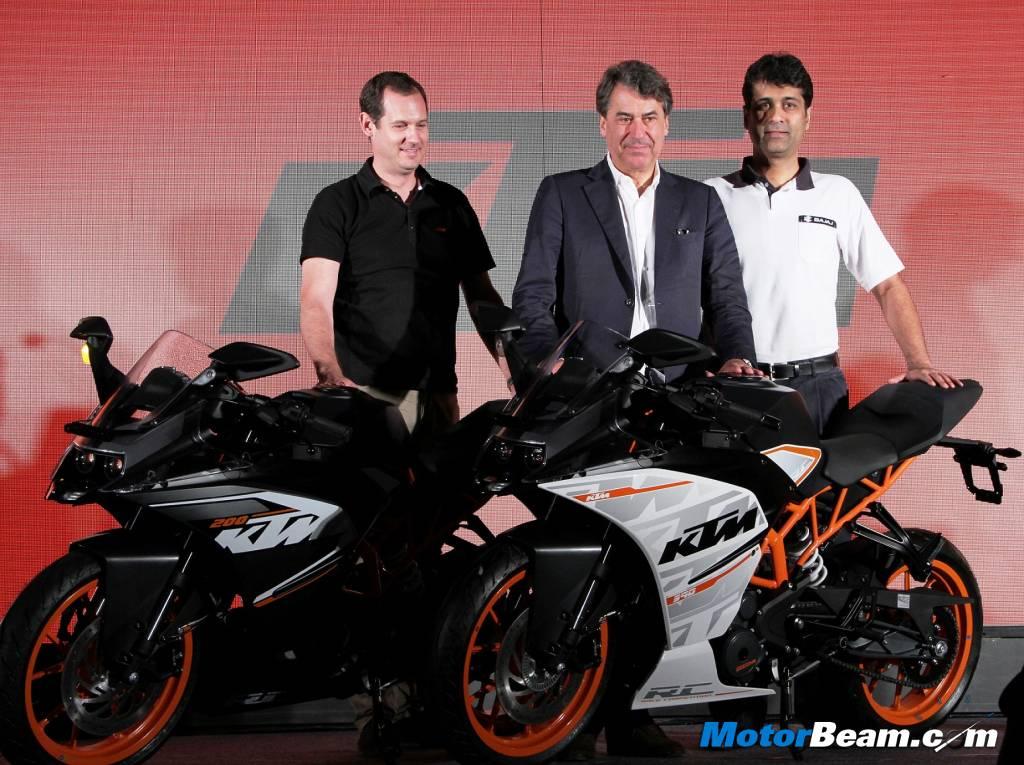 Cặp đôi KTM RC390 (ngoài) và RC200 được giới thiệu tại Ấn Độ.