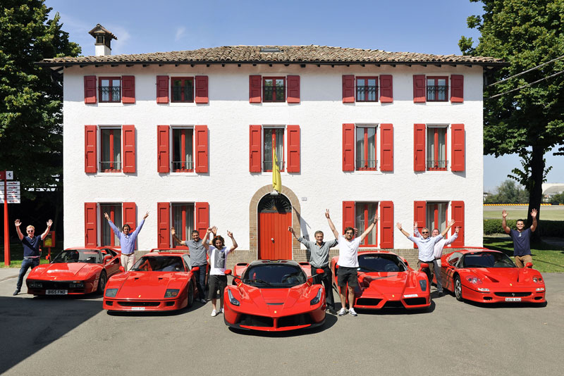 Ông Hunt chụp ảnh cùng hai con trai và những người bạn bên dàn siêu xe Ferrari đỏ rực.