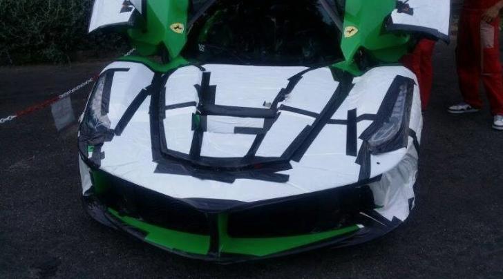 Siêu phẩm Ferrari LaFerrari trong quá trình vận chuyển cho Jay Kay.