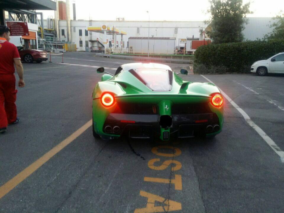 Siêu xe Ferrari LaFerrari của Jay Kay được sơn màu xanh lá đặc biệt và bắt mắt.