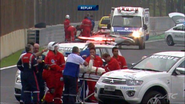 Mark Webber nằm trên cáng để ra khỏi đường đua.