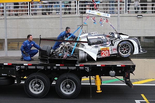 Chiếc Porsche 919 của Mark Webber tại hư hỏng nặng sau vụ tai nạn.