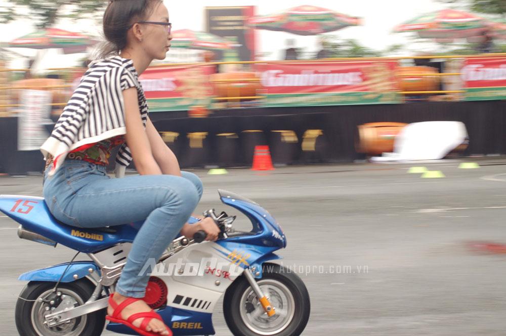 """Một bạn gái cầm lái """"môtô ruồi"""" tại Vietnam Motorbike Festival 2014."""