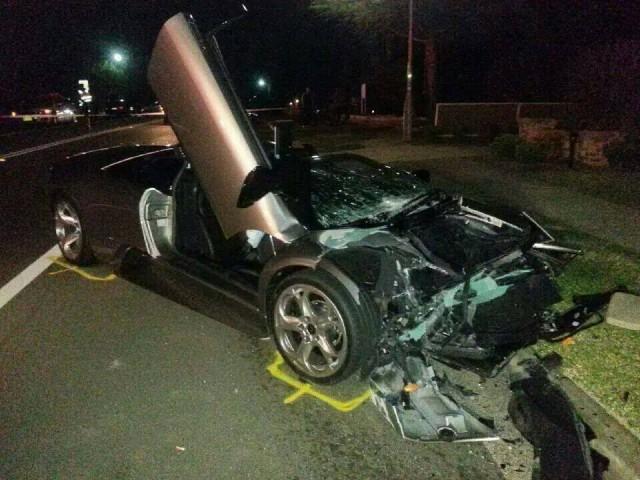 Chiếc siêu xe Lamborghini Murcielago bị nát bét đầu trong vụ tai nạn.