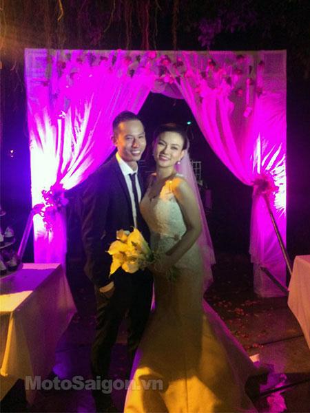 Nữ ca sỹ Thu Thủy và chồng hạnh phúc trong đám cưới.