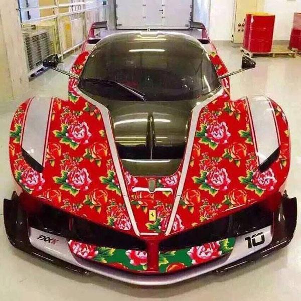 """Siêu xe Ferrari FXX K sơn màu """"chăn con công""""."""