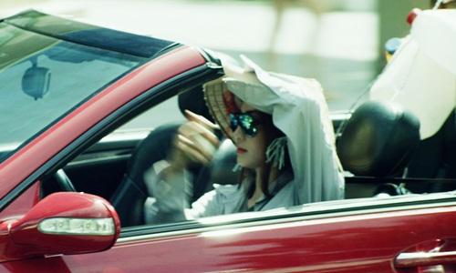 Nữ diễn viên Ngân Khánh đã từng bị bắt gặp khi đội nón lá mặc áo dài tay để chống nắng khi lái xe mui trần. Mặc dù đây là một cảnh quay trong video nhưng đây cũng là một gợi ý hài hước cho những lái xe sở hữu xe mui trần.