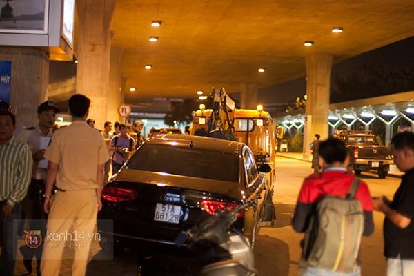 Chiếc Audi A8L đón Hà Hồ gây tai nạn liên hoàn tại nhà ga quốc tế sân bay Tân Sơn Nhất.