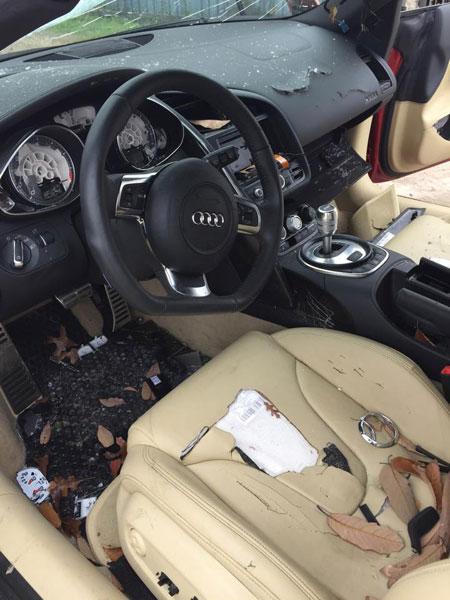 Khoang nội thất như bãi rác của chiếc Audi R8.