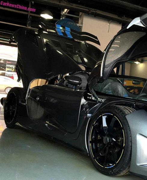 Chiếc siêu xe Koenigsegg Agera R màu xám mờ nằm cạnh Agera BLT trong garage bảo dưỡng.