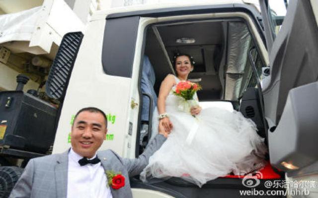 Cô dâu ngồi trên ghế phụ lái của chiếc xe tải.