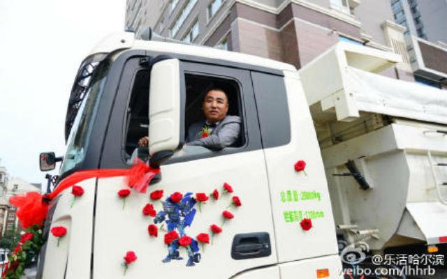 Chú rể cầm lái một chiếc xe tải.