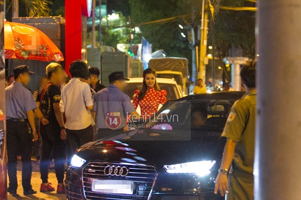 Đông Nhi và Ông Cao Thắng đi sự kiện bằng chiếc Audi A7 Sportback 2015 mới tậu.