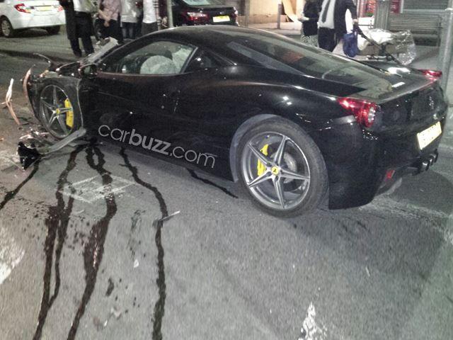 Chiếc Ferrari 458 Italia bị hư hỏng nặng sau vụ tai nạn.