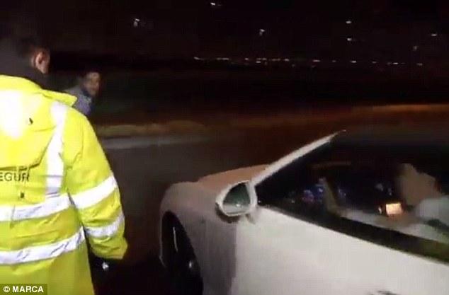 Các cổ động viên muốn ngăn Bale lái xe đi.