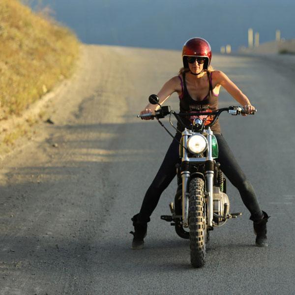 Caroline ngồi trên chiếc Harley-Davidson độ.