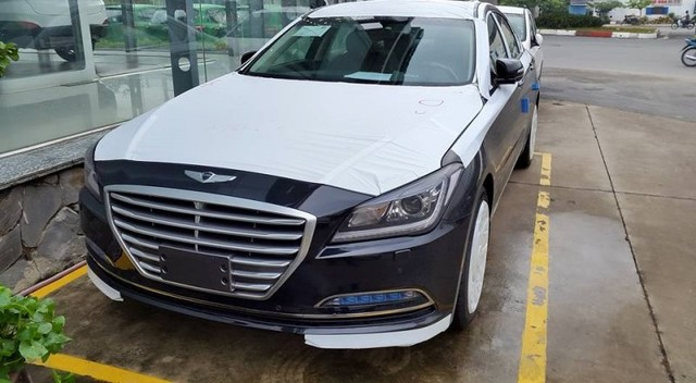 Chiếc Hyundai Genesis Sedan 2015 đầu tiên tại Việt Nam. Ảnh: Otosaigon