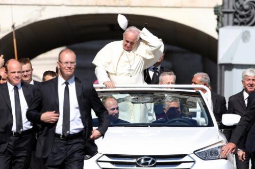 Giáo hoàng Francis xuất hiện cùng chiếc Hyundai Santa Fe mui trần độc nhất vô nhị.