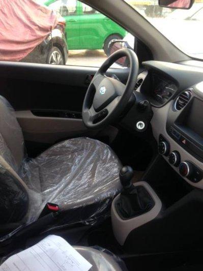 Nội thất khá đơn giản của chiếc Hyundai Xcent mới về Việt Nam.