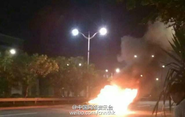 Chiếc siêu xe bị ngọn lửa bao trùm trên đường cao tốc.
