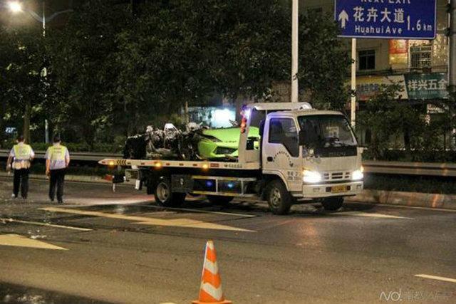 Xác chiếc Lamborghini Gallardo được xe cứu hộ đưa ra khỏi hiện trường.