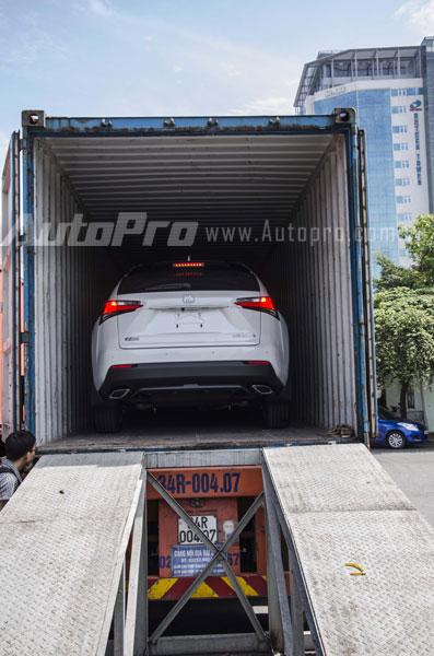 Chiếc Lexus NX 200t màu trắng nằm trong container.
