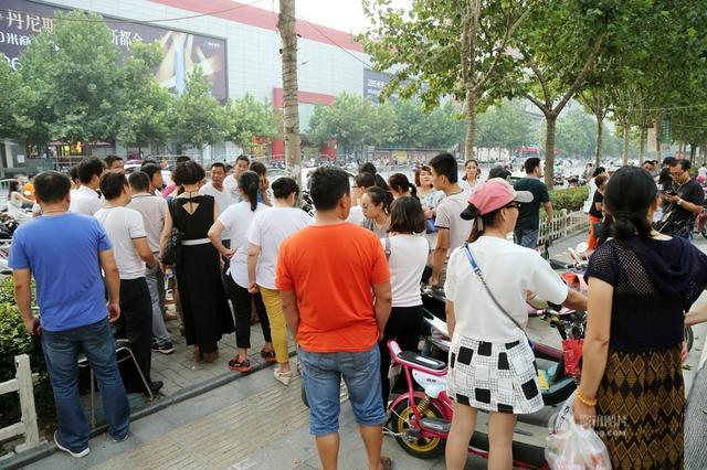 Nhiều người dân đã tập trung tại hiện trường vụ tai nạn.