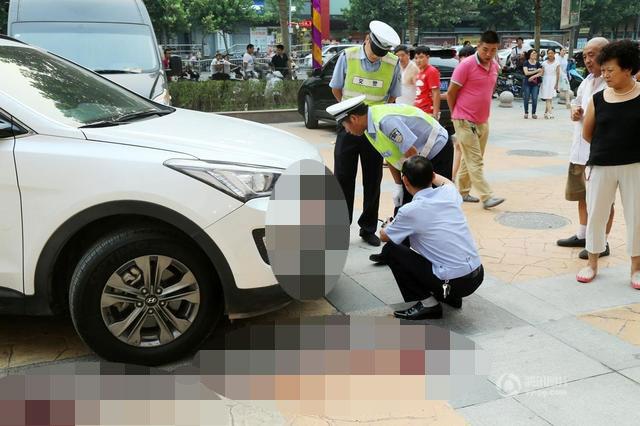 Chiếc xe SUV mang nhãn hiệu Hyundai đâm vào bé trai 2 tuổi.