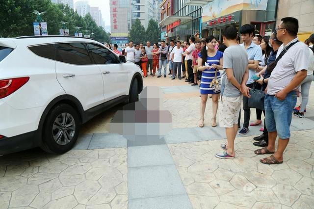 Vụ tai nạn xảy ra trong bãi đỗ xe của một khu mua sắm.