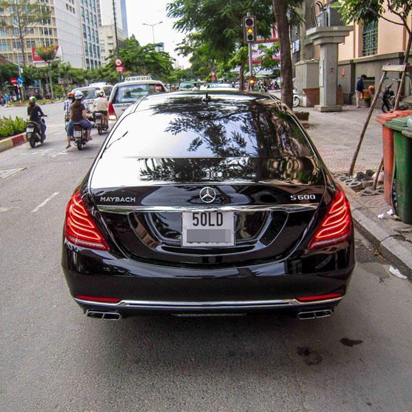 Chiếc Mercedes-Maybach S600 sang trọng trên đường phố Sài Gòn. Ảnh: Instagram/TNTBros
