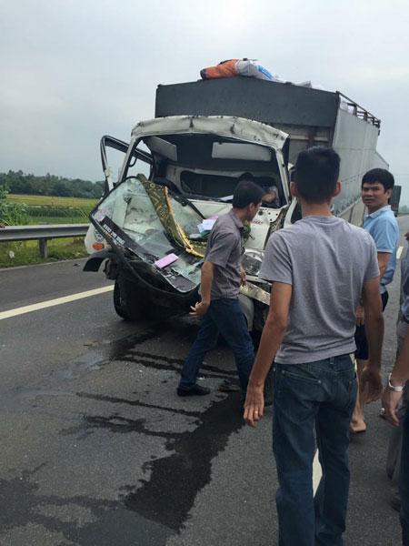 Chiếc xe tải bị nát bét đầu trong khi người lái gãy 2 chân. (Ảnh: Độc Cô Cầu Vượt/Otofun)