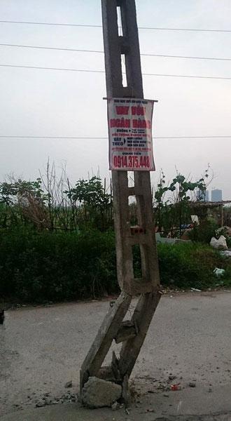 Cột điện bị gãy gập sau vụ tai nạn. (Ảnh: Đào Minh Tuấn/Otofun)