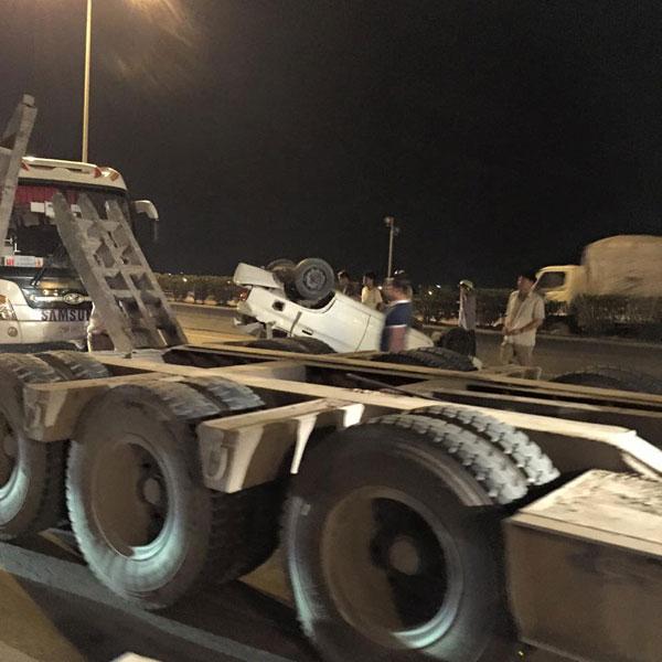 Chiếc xe con bị lật trên cầu Thanh Trì.