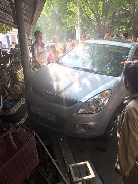 Chiếc Hyundai i20 húc đổ rào sắt của nhà để xe. Ảnh: Do Tuan Anh/Otofun