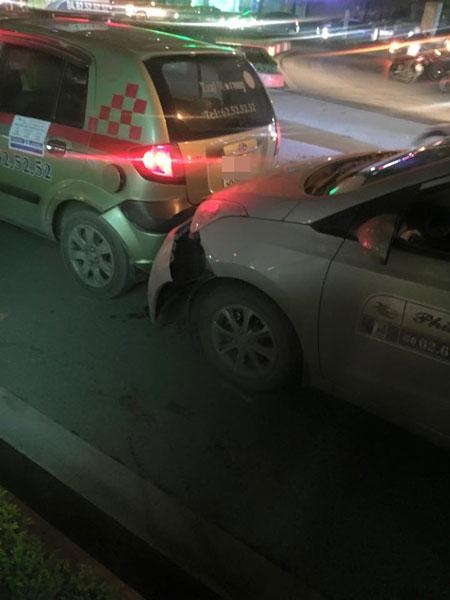 Hai xe taxi tại hiện trường vụ tai nạn (Ảnh: Thắng Nguyễn/Otofun).